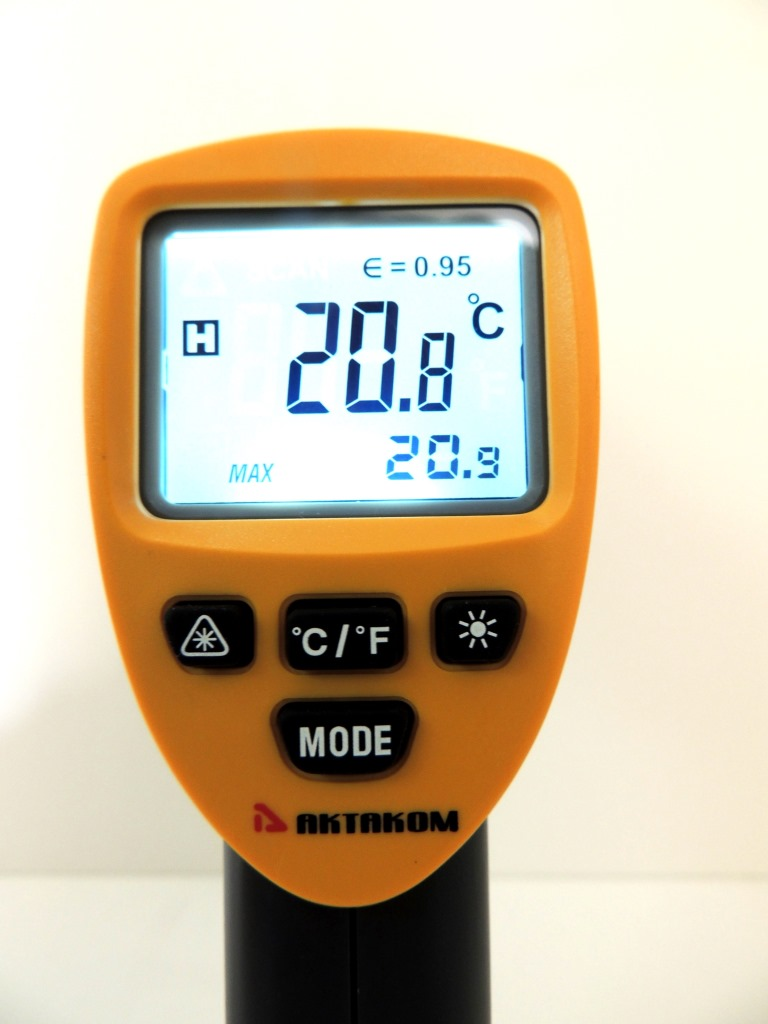 AKTAKOM ATE-2530 Wide-Range Infrared Thermometer with Laser Targeting  - Display