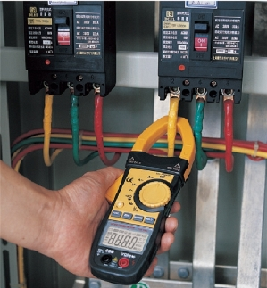 AKTAKOM ACM-2031 1000 A AC/DC Multipurpose Clamp Meter & Multimeter - application